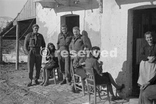 Neozelandesi fuori della loro casa temporanea con i suoi proprietari civili nel villaggio italiano dove la Divisione 2 NZ è a riposo dopo essere stato in prima linea 1944_foto di guerra