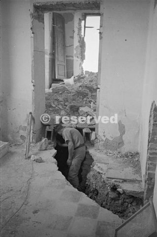 New Zealander investigates one of the German trenches in the schoolroom in the town of Orsogna_foto di guerra