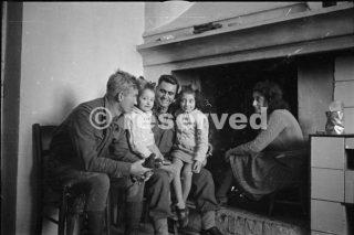 Nuova Zelanda soldati R Pennell Auckland e Christensen Napier fare amicizia con i bambini presso una casa di orsogna 1944_foto di guerra