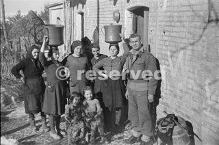 Nuova Zelanda soldati che stanno in questo villaggio a fare amicizia con la famiglia Fotografia scattata vicino a Orsogna circa 6 gennaio 1944_foto di guerra