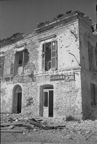 Queste targhette rimangono ancora in posizione su un edificio a Orsogna Italia nonostante il bombardamento 1944_foto di guerra