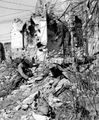 Signal Corps MEN controllo fili al di fuori della centrale telefonica in una grotta a Livergnano