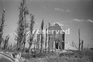 Tutto ciò che rimane di una chiesa fuori Orsogna in Italia durante la Seconda Guerra Mondiale 16 giugno 1944_foto di guerra
