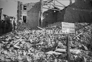 Un avviso il divieto di ingresso ai fascisti istituito in una delle strade in rovina di Orsogna in Italia 1944_foto di guerra