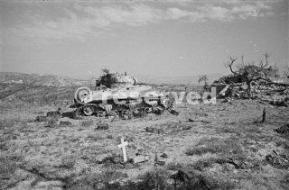 Un serbatoio Nuova Zelanda Sherman bruciato fuori dalla città italiana di Orsogna 1944_foto di guerra
