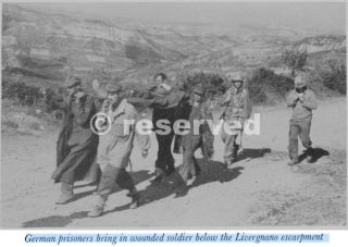 Veduta del terreno che ha davanti Div 34 al di là di Monzuno prigionieri tedeschi portare soldato ferito sotto la scarpata Livergnano