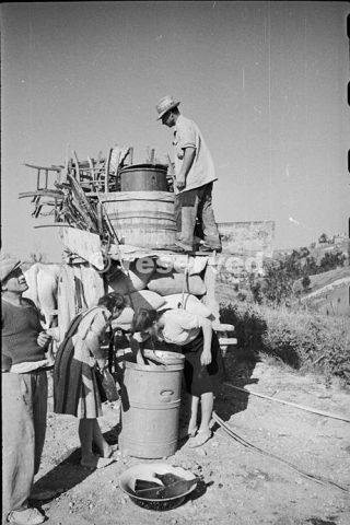 civili italiani scarico i loro effetti nel comune di Orsogna giugno 1944_foto di guerra