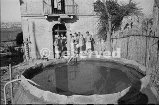 soldati fuori dalla linea per un periodo di riposo in Italia attendono il loro turno per una doccia calda fornita da sezione NZ campo Igiene 44_foto di guerra