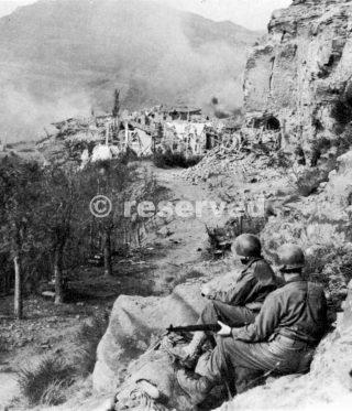 soldati in Livergnano guardano bombardamento del villaggio da parte del nemico 14 ottobre 1944