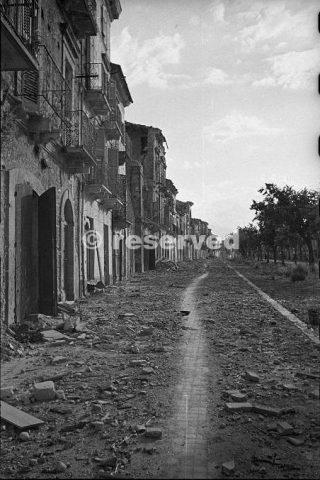 strada nella città di Orsogna Italia durante la seconda guerra mondiale 16 giugno 1944_foto di guerra