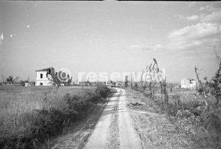 strada rurale deserta Cimitero Ridge ai resti della città di Orsogna Italia Fotografia scattata nel giugno 1944_foto di guerra
