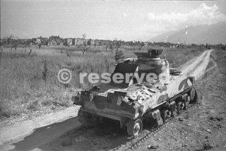 tank Nuova Zelanda sulla strada al di fuori del comune di Orsogna giugno 1944_foto di guerra