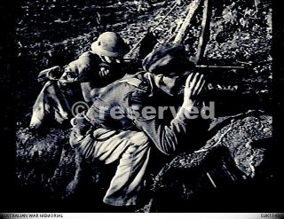1943-09-an-australian-officer-of-the-royal-air-force-in-an-allied-front-line-position-in-the-gulf-of-salerno_ww2-