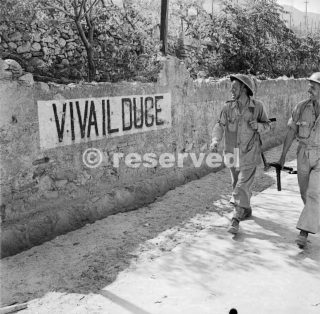 british-soldiers-of-the-8th-army-smile-while-passing-a-viva-il-duce-slogan-painted-on-a-wall-in-reggio-di-calabria_ww2
