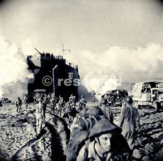 british-troops-coming-ashore-at-salerno_ww2-