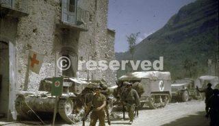 soldati-francesi-liberi-sono-vicino-alledificio-dellospedale-nel-villaggio-italiano-di-ausonia
