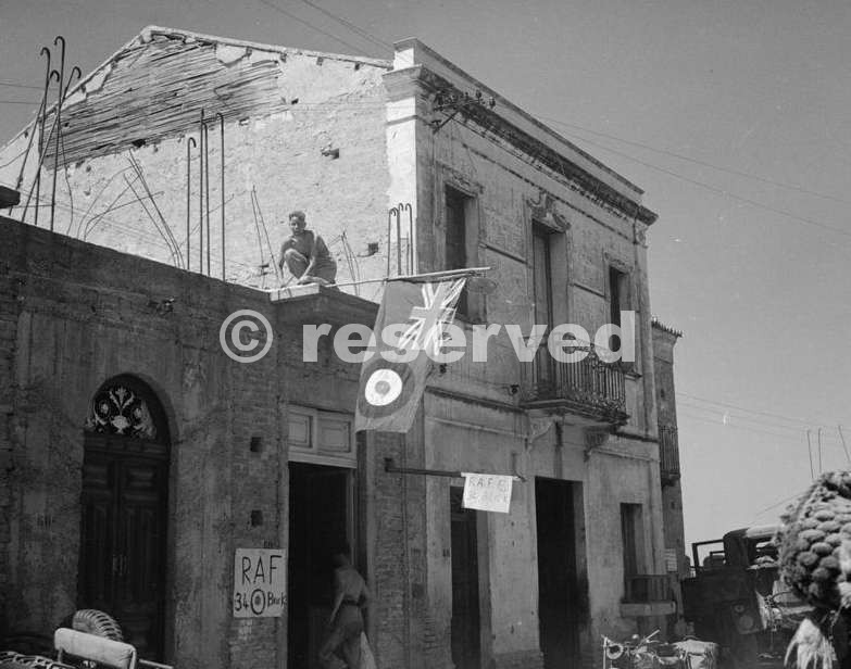 the-first-men-of-the-raf-regiment-to-arrive-in-reggio_ww2