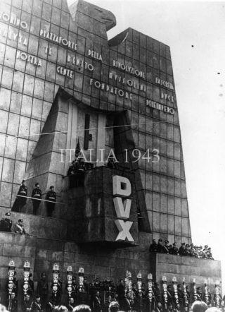 Benito Mussolini si rivolge a una folla di camicie nere da un podio a forma di aquila appositamente progettato Torino 1939