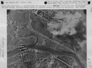 Un carico di bombe perfetto rilasciato da un Boeing B-17 sul fiume Po