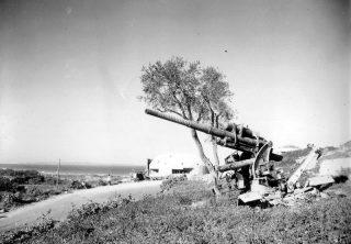 88 mm cannone antiaereo 8-8 cm Flak 18 sullo sfondo del bunker nella regione di enna in Sicilia
