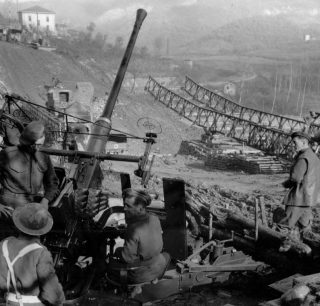 GUNNERS antiaerei BRITISH proteggono US ingegneri costruzione ponte Bailey sulla Highway 64 ke attraversa il fiume Reno