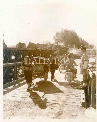 I civili italiani usano il ponte Bailey per tornare a borgo San Lorenzo