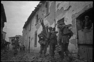 New Zealand infantrymen in Faenza