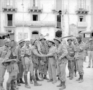 agosto 1943 la truppe britanniche e canadesi si incontrano nella piazza principale di Caltagirone catania