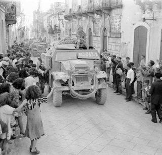 artiglieria 51 Divisione Highland sono allietate da folle al loro ingresso Militello 15 Luglio 1943_sicilia
