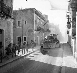 tank e la fanteria anticipo attraverso la città di Carlentini siracusa 15 Luglio 1943_sicilia