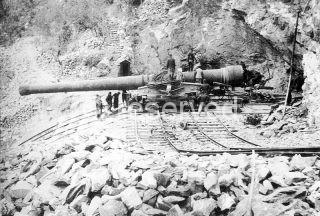 191-58_KB Un pezzo da 381+40 della batteria di Monte Moro ad est di Genova