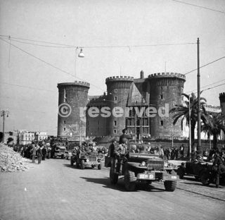 American troops in a Dodge weapons carrier pass the Castel Nuovo in Naples October 1943_napoli guerra