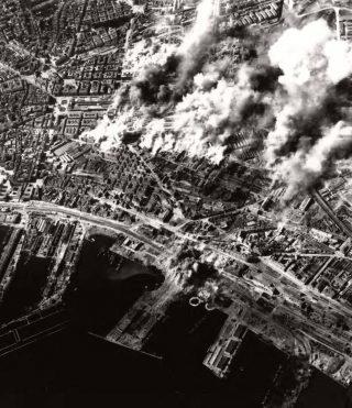 CANTIERI ferrovia in NAPOLI bruciano dopo il bombardamento alleato