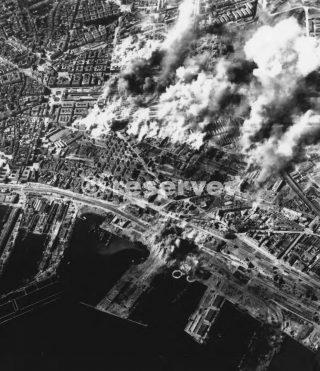 CANTIERI ferrovia in NAPOLI bruciano dopo il bombardamento da bombardieri alleati dall'Africa