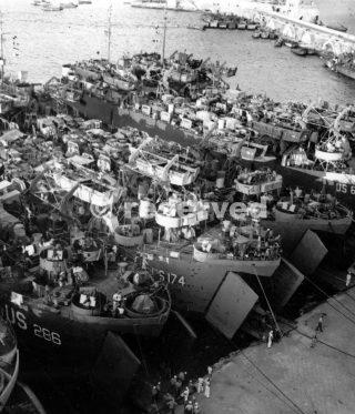 CARICATO LST NEL NAPOLI PORTO nell'agosto del 1944 prima dell'invasione A questo punto i tedeschi erano stati spinti a nord di Firenze
