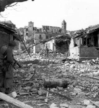 CERVARO FROSINONE FANTERIA 12 01 1944 uomo a sX sta portando un mitra e coprendo due uomini di fronte a caccia di cecchini
