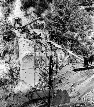 INGEGNERI Riparazione di un PONTE VICINO Acerno Mentre una parte delle forze d'invasione avanzata verso ovest in direzione di Napoli