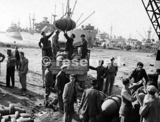 Italian Workers Under Supervision American Soliders 1000 Lb Bombs On Trucks For Removal To A Safer Place For Storage At Naples 6 Nov 1943_napoli guerra