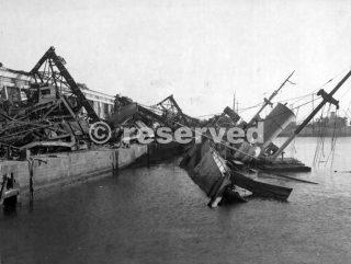 Le strutture a Napoli colpite dai bombardieri delle Forze aeree africane del nord-ovest hanno subito ulteriori danni 1943_napoli guerra