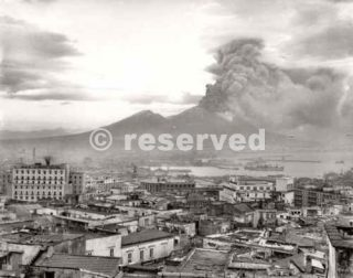 Naples at the height of the eruption of Mt Vesuvius 1944_napoli guerra