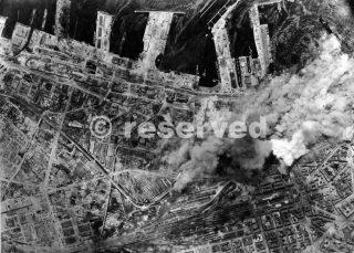 Napoli Dopo un attacco aereo Vista del porto italiano della costa occidentale di Napoli 1943_napoli guerra