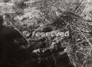 Napoli Italia 4 aprile 1943 Il fumo provocato da incendi e esplosioni si snoda in tutto il porto durante un attacco da parte di circa un centinaio di aeroplani Bomber B-17_napoli guerra