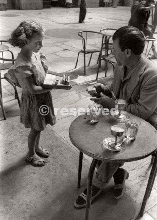 Napoli Ragazza che vende sigarette che ottiene dal Mercato Nero alle persone nei caffè 1948s_napoli guerra