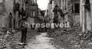 Napoli bombardata con i palazzi sventrati_napoli guerra
