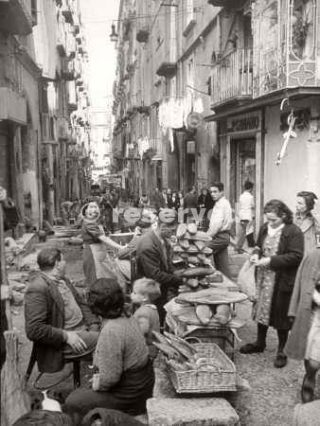 People Buying Bread in the Streets of Naples_napoli guerra