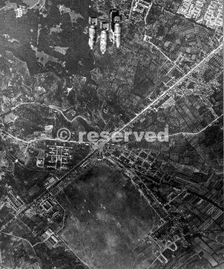 bombardamento sul campo di volo di Capodichino alla periferia di Napoli il 1 agosto 1943_napoli guerra