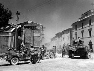 carro armato canadese M-5 e le altre unità motorizzate sono mostrate passando per la via principale di Frosinone