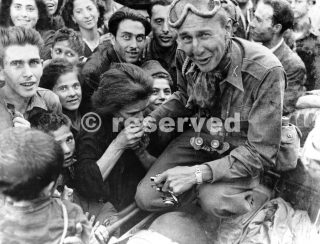 italiani baciamani di un soldato del 5 US Army quando le forze alleate entrarono Napoli 10 ottobre 1943