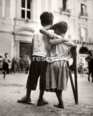 ragazzo aiuta amico ferito in guerra a Napoli Italia 1944_napoli guerra