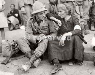 soldato italiano dice addio a sua madre prima di andare al fronte Africa orientale Napoli Italia 23 settembre 1935_napoli guerra